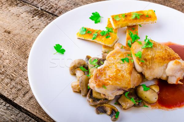 Pechuga de pollo vino tinto setas hierba alimentos huevo Foto stock © Peteer