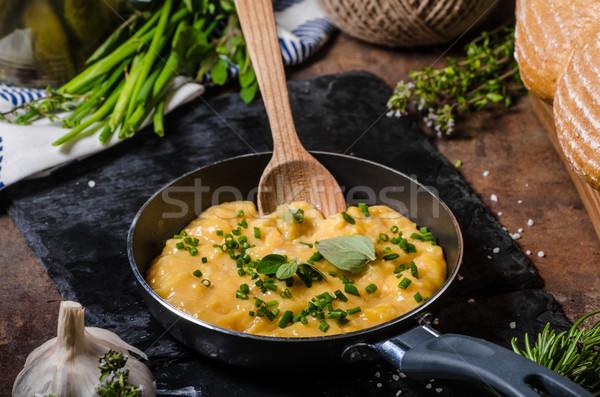 Foto stock: Ovos · mexidos · frigideira · ervas · como · rústico · pão