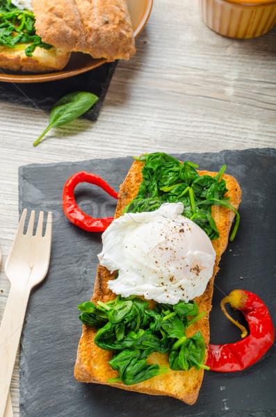 焼いた 卵 ニンニク ほうれん草 表 ストックフォト © Peteer