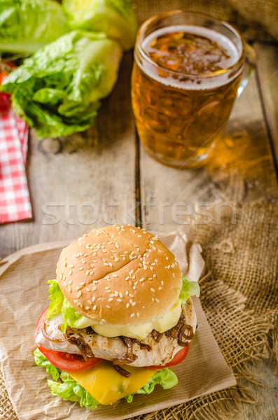 Tavuk Burger soğuk bira soğan ev yapımı Stok fotoğraf © Peteer