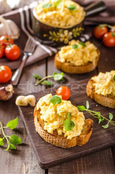 Huevos revueltos hierbas ajo tostado pan delicioso Foto stock © Peteer