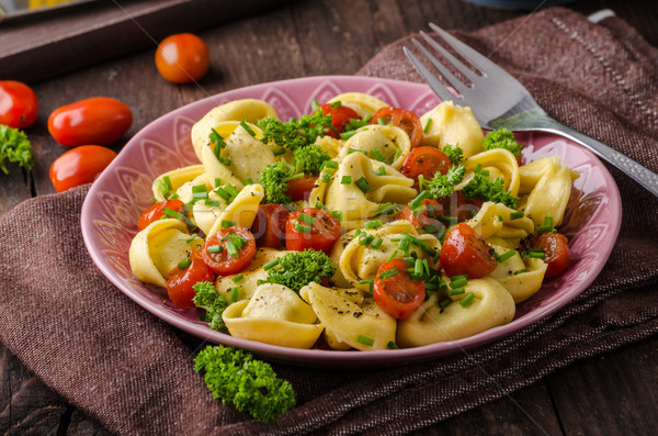 Tortellini gyógynövények paradicsomok friss sajt étel Stock fotó © Peteer
