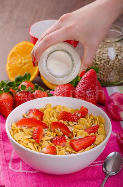 Egészséges reggeli kukoricapehely tej gyümölcsök eprek Stock fotó © Peteer