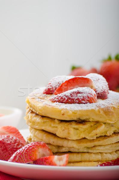 Puszysty naleśniki truskawek cukru zdrowych mleka Zdjęcia stock © Peteer
