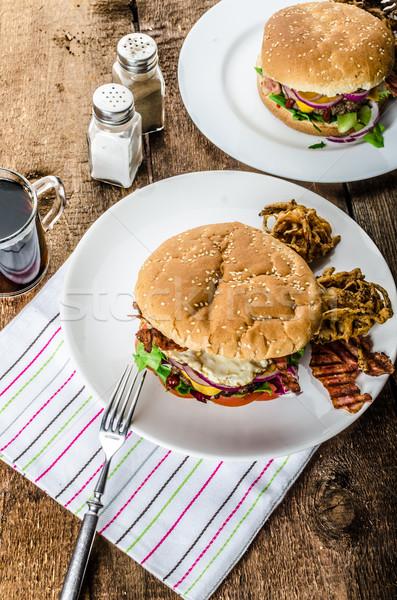 Marhahús hamburger vöröshagyma tükörtojás ropogós szalonna Stock fotó © Peteer