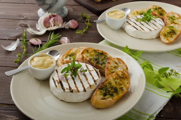 A la parrilla camembert mini hierbas baguettes mostaza Foto stock © Peteer