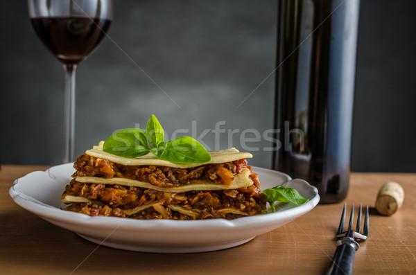 Lasanha original carne raiz legumes vinho tinto Foto stock © Peteer