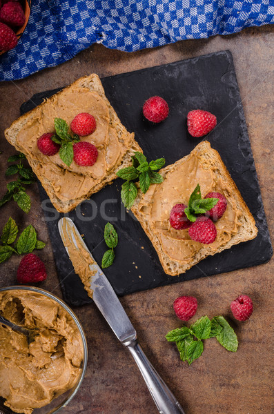 Toast beurre d'arachide baies rustique menthe maison Photo stock © Peteer