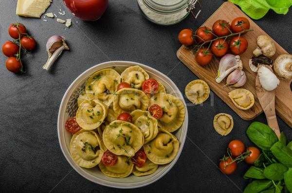 Casero grande tortellini relleno setas tomates Foto stock © Peteer