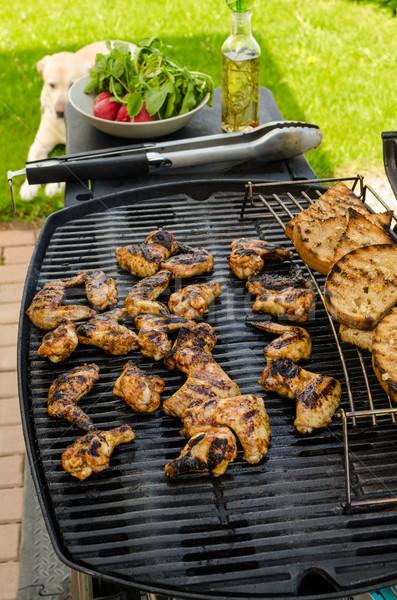 Teriyaki tyúk szárnyak fokhagymás kenyér gyógynövények étel Stock fotó © Peteer
