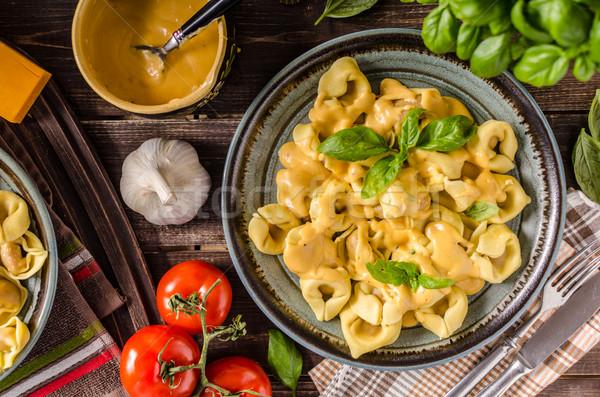 Tortellini sajt mártás bazsalikom gyógynövények háttér Stock fotó © Peteer