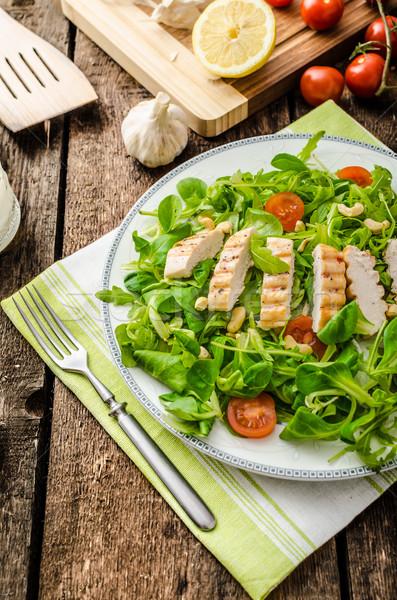 Lattuga alla griglia fresche insalata pollo alla griglia dadi Foto d'archivio © Peteer