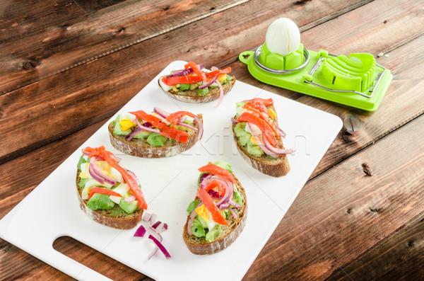 Brązowy chleba awokado wędzony łosoś cebula Zdjęcia stock © Peteer