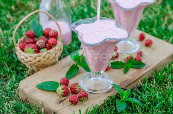 Photo stock: Smoothie · à · l'extérieur · été · panier · fraises · herbe