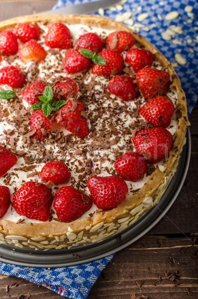 Yaz strawberry cheesecake doldurulmuş fındık çikolata Stok fotoğraf © Peteer