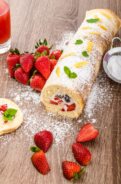Foto stock: Esponja · rolar · morangos · mirtilos · frutas · frescas