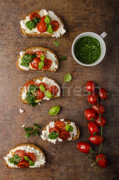 焼いた ブルスケッタ バジル ペスト チェリートマト 食品 ストックフォト © Peteer