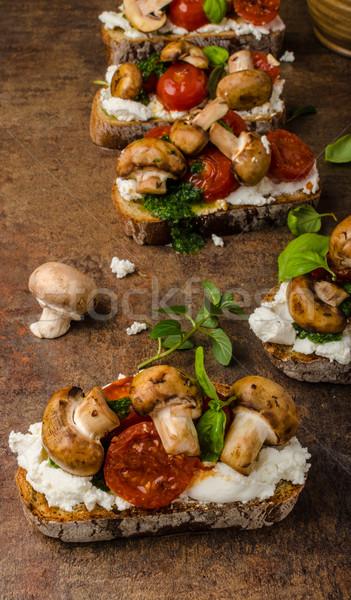 Tostato bruschetta pesto basilico pomodorini Foto d'archivio © Peteer