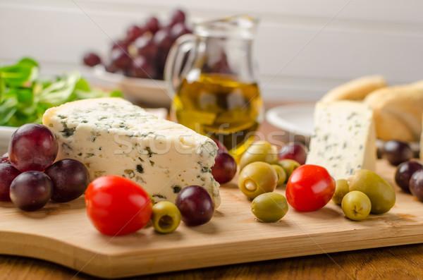 Heerlijk schimmelkaas olijven druiven salade achter Stockfoto © Peteer