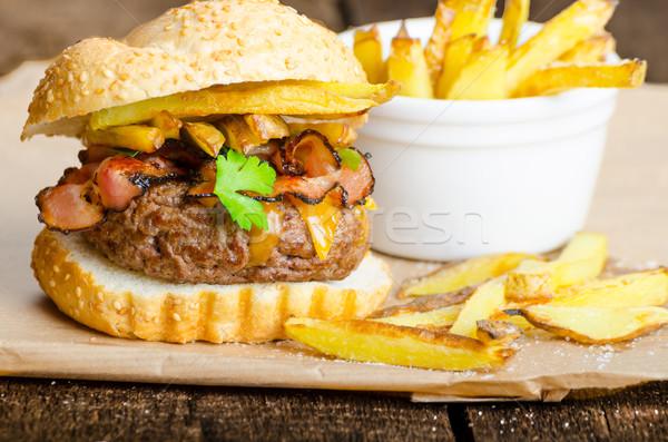 Sığır eti Burger domuz pastırması çedar ev yapımı patates kızartması Stok fotoğraf © Peteer