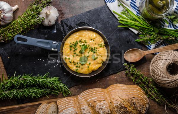 Roereieren koekenpan kruiden zoals rustiek brood Stockfoto © Peteer