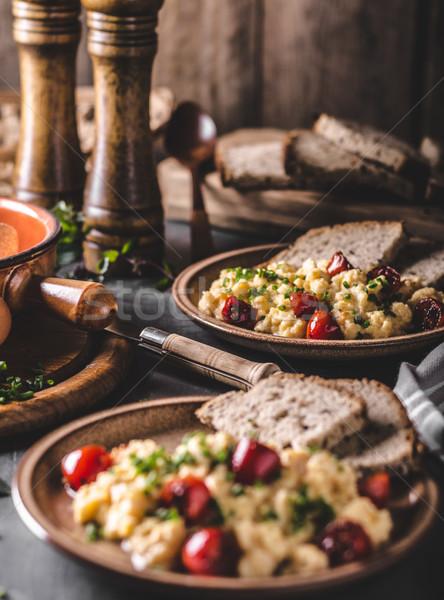 Foto d'archivio: Uova · strapazzate · erbe · pomodori · sfondo · tavola