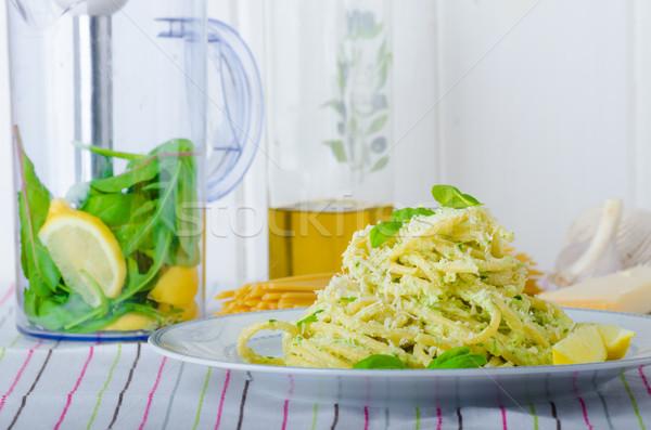 Maccheroni pesto olio d'oliva erbe dadi parmigiano Foto d'archivio © Peteer