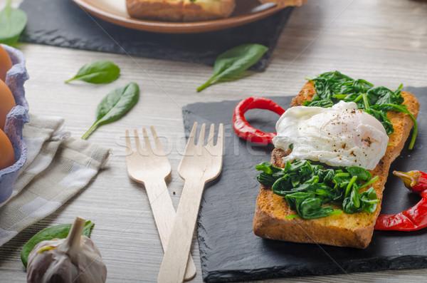 Geroosterd baguette ei knoflook spinazie tabel Stockfoto © Peteer