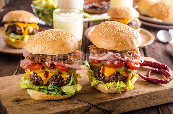 Hausgemachte Rindfleisch burger Zwiebel Speck Bier Stock foto © Peteer