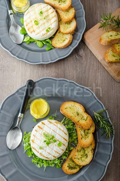 A la parrilla camembert hierbas frescos hierba crujiente Foto stock © Peteer