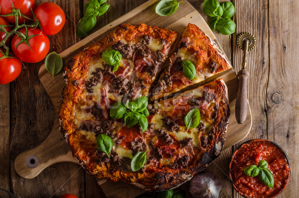 Rústico pizza carne queso albahaca superior Foto stock © Peteer