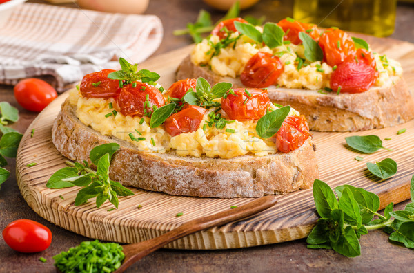 Pan huevos desayuno hierbas tomates verde Foto stock © Peteer