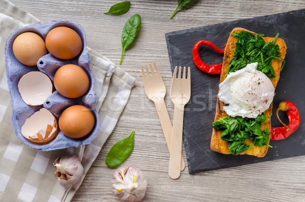 Pirított francia kenyér tojás fokhagyma spenót asztal Stock fotó © Peteer