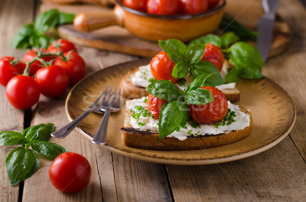 Pâine brânză tomate proaspăt busuioc Imagine de stoc © Peteer