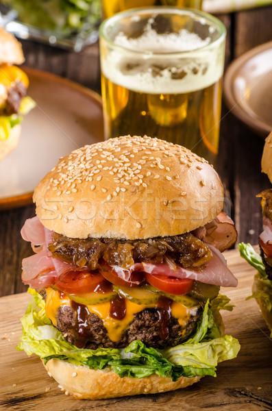 Domowej roboty wołowiny burger cebula boczek piwa Zdjęcia stock © Peteer