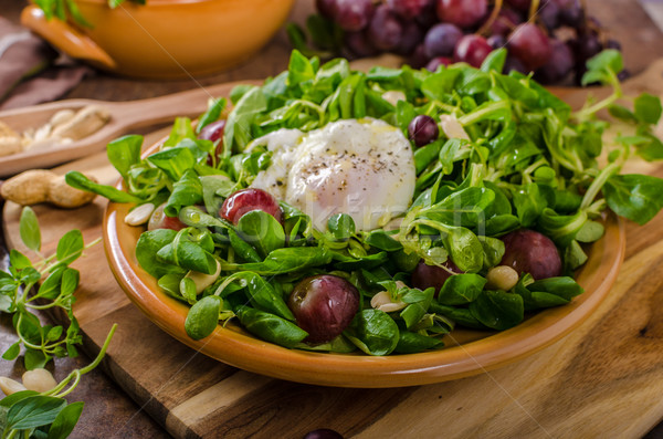 Cordero lechuga ensalada huevo nueces uvas Foto stock © Peteer