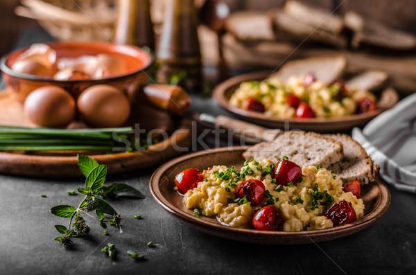 Jajecznica zioła pomidory tabeli chleba Zdjęcia stock © Peteer