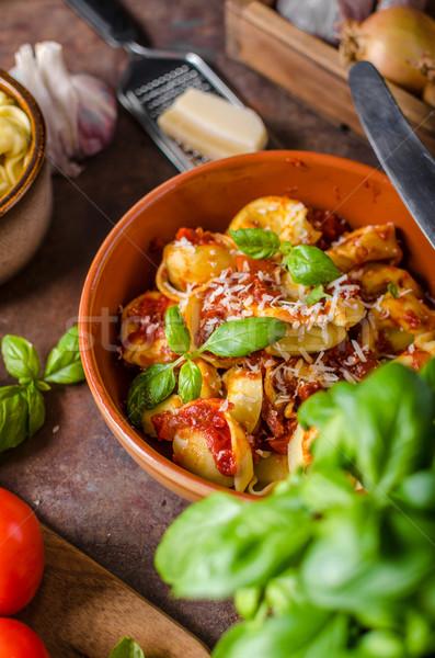 Házi készítésű tortellini paradicsomszósz gyógynövények fokhagyma parmezán sajt Stock fotó © Peteer