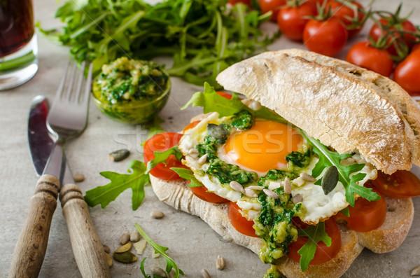 Huevo frito tomates pesto bio huevos saludable Foto stock © Peteer