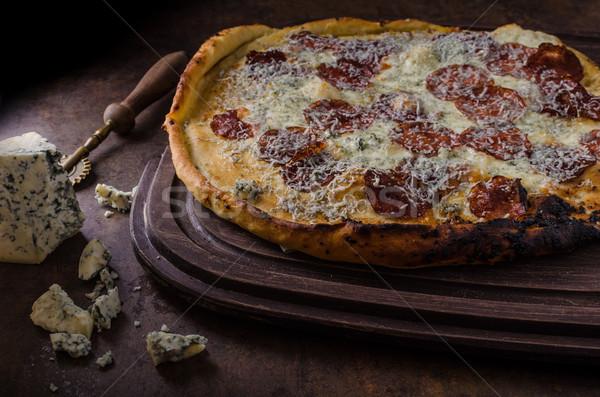 Pizza formaggio tipo gorgonzola rustico home sfondo verde Foto d'archivio © Peteer