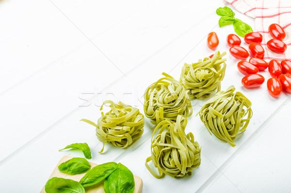 Makaronu szpinak tagliatelle bazylia mini pomidory Zdjęcia stock © Peteer