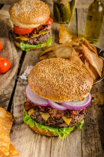 Stockfoto: Amerikaanse · rustiek · hamburger · spek · cheddar · rundvlees
