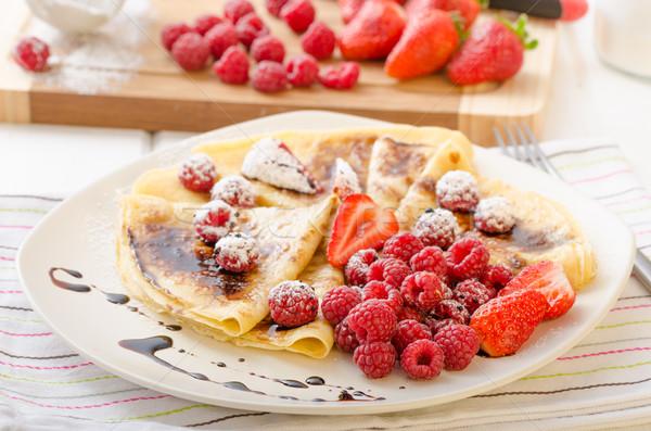 Naleśniki domowej roboty redukcja świeże owoce truskawek Zdjęcia stock © Peteer