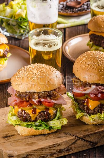 Ev yapımı sığır eti Burger soğan domuz pastırması bira Stok fotoğraf © Peteer