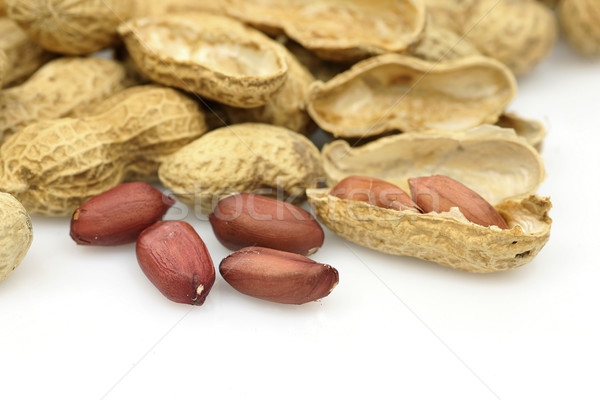 Cacahuètes pelé peau manger ouvrir naturelles Photo stock © peter_zijlstra