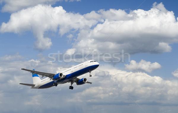 Repülőgép repülőgép felszállás gyönyörű felhős égbolt Stock fotó © peterguess
