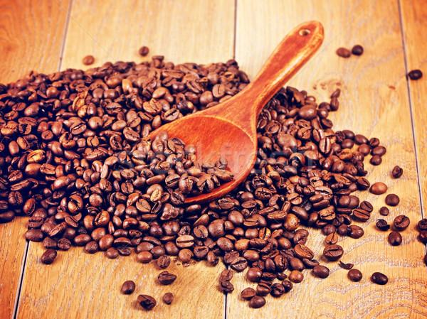Cuchara de madera granos de café mesa madera fondo cocina Foto stock © PetrMalyshev
