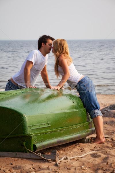 Сток-фото: красивой · пару · целоваться · пляж · старые · лодка