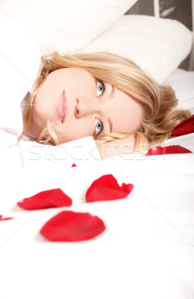 Vrouw bed rozenblaadjes blonde vrouw Rood rose bloemblaadjes Stockfoto © PetrMalyshev