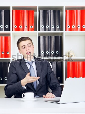 Jonge zakenman triomf naar laptop business Stockfoto © PetrMalyshev